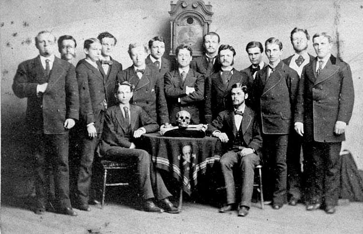 http://www.bibliotecapleyades.net/imagenes_sociopol/skull_bones11g_01.jpg